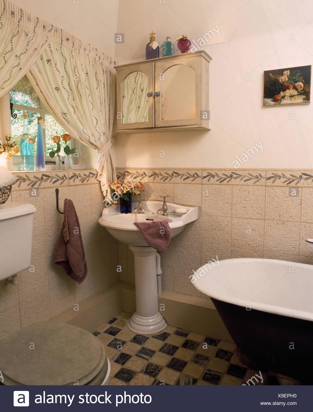 Kleiner Hängeschrank über dem Sockel Waschbecken im Ferienhaus Bad ...
