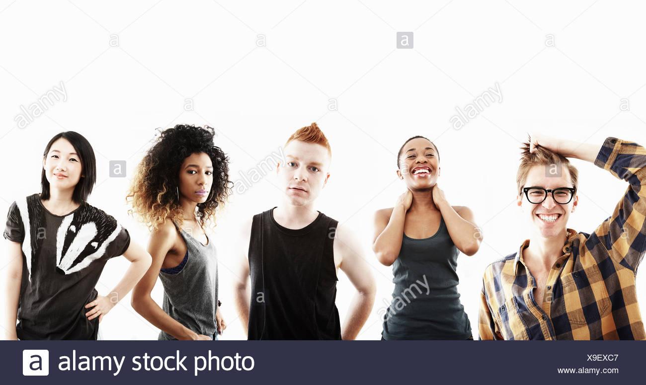 Studioportrait von fünf jungen Erwachsenen in einer Reihe Stockbild