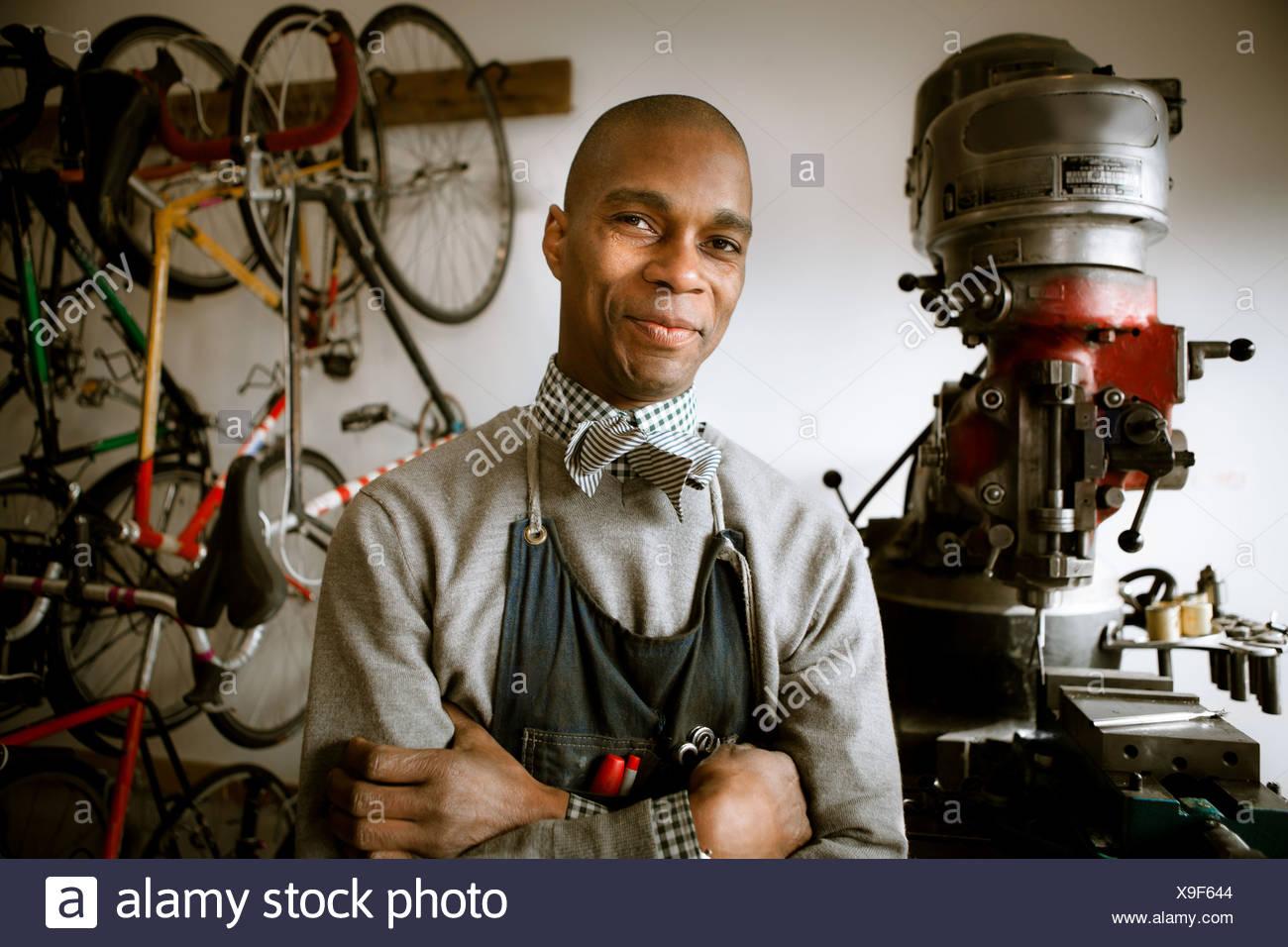 Nahaufnahme der Mechaniker in der Fahrradwerkstatt Stockfoto