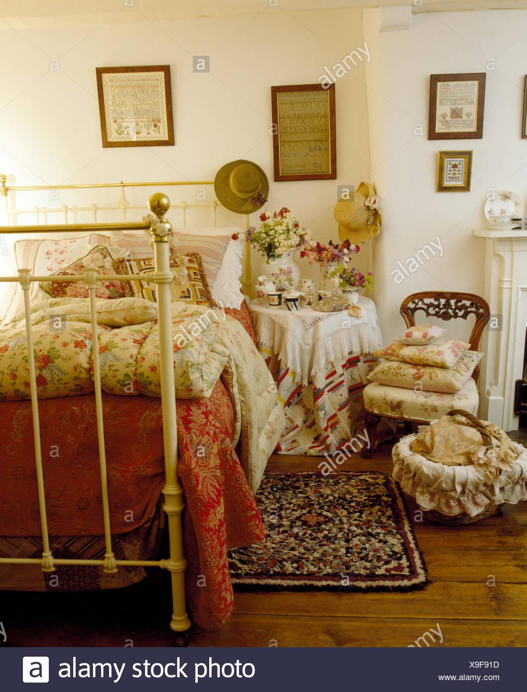 Ferienhaus Schlafzimmer mit Blumen Quilt auf weißen Schmiedeeisen ...