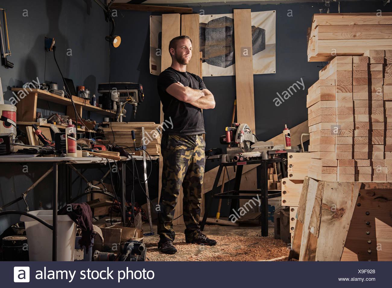 Porträt von Mitte erwachsenen Mannes in Schreinerei Stockbild