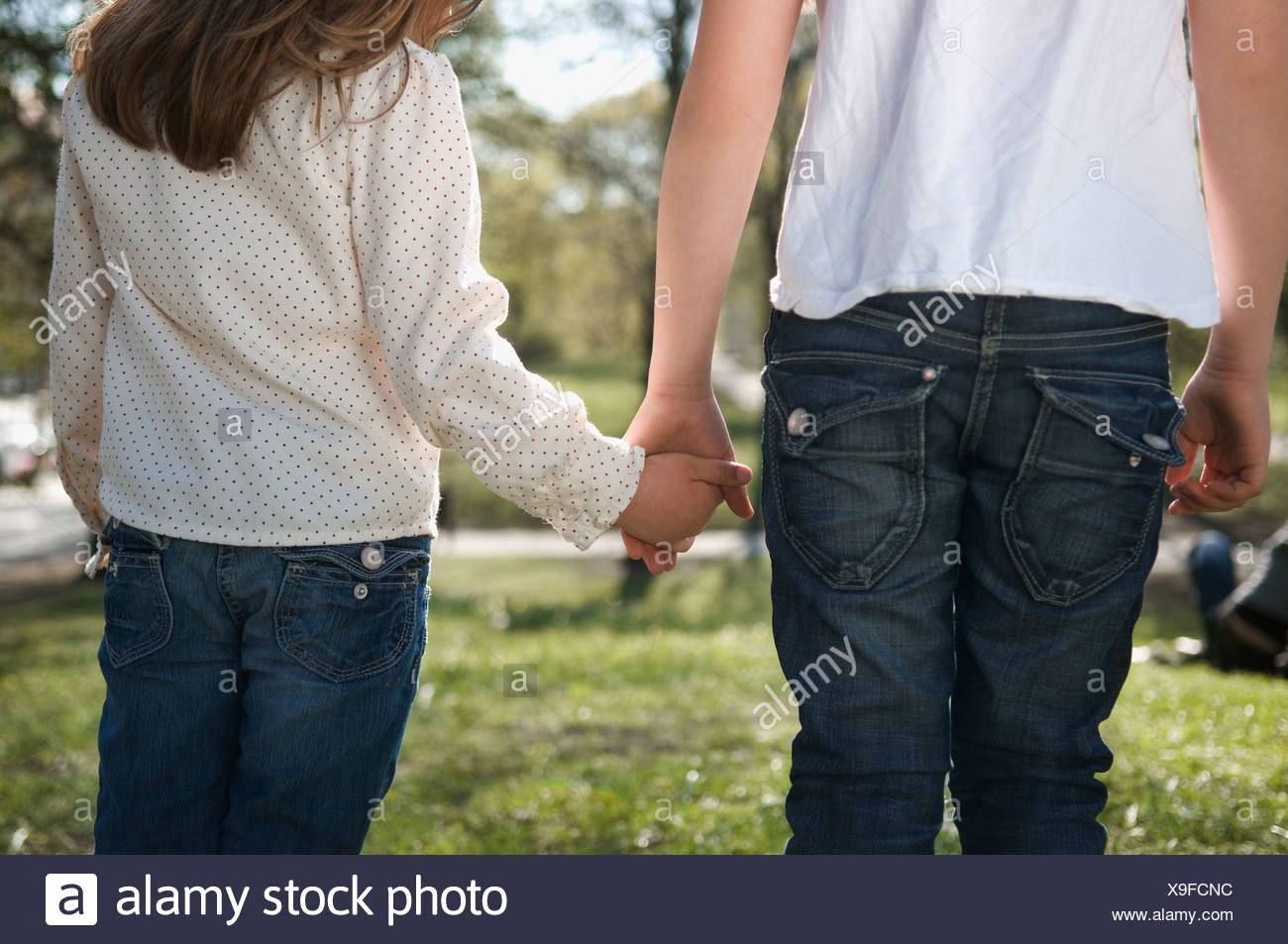 Schwestern Hand in Hand Stockbild