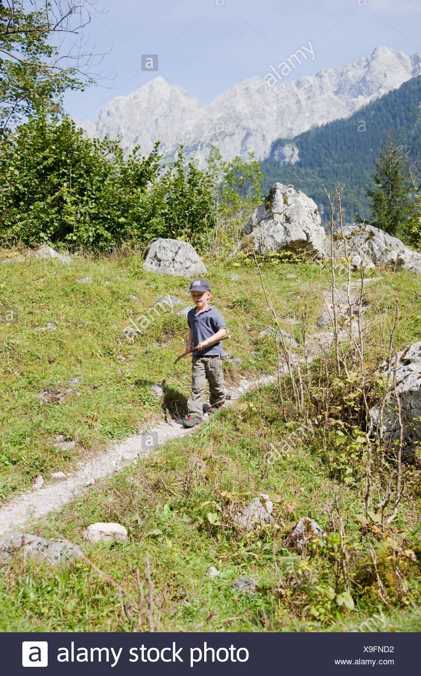 Junge, einem Hügel herab Stockbild