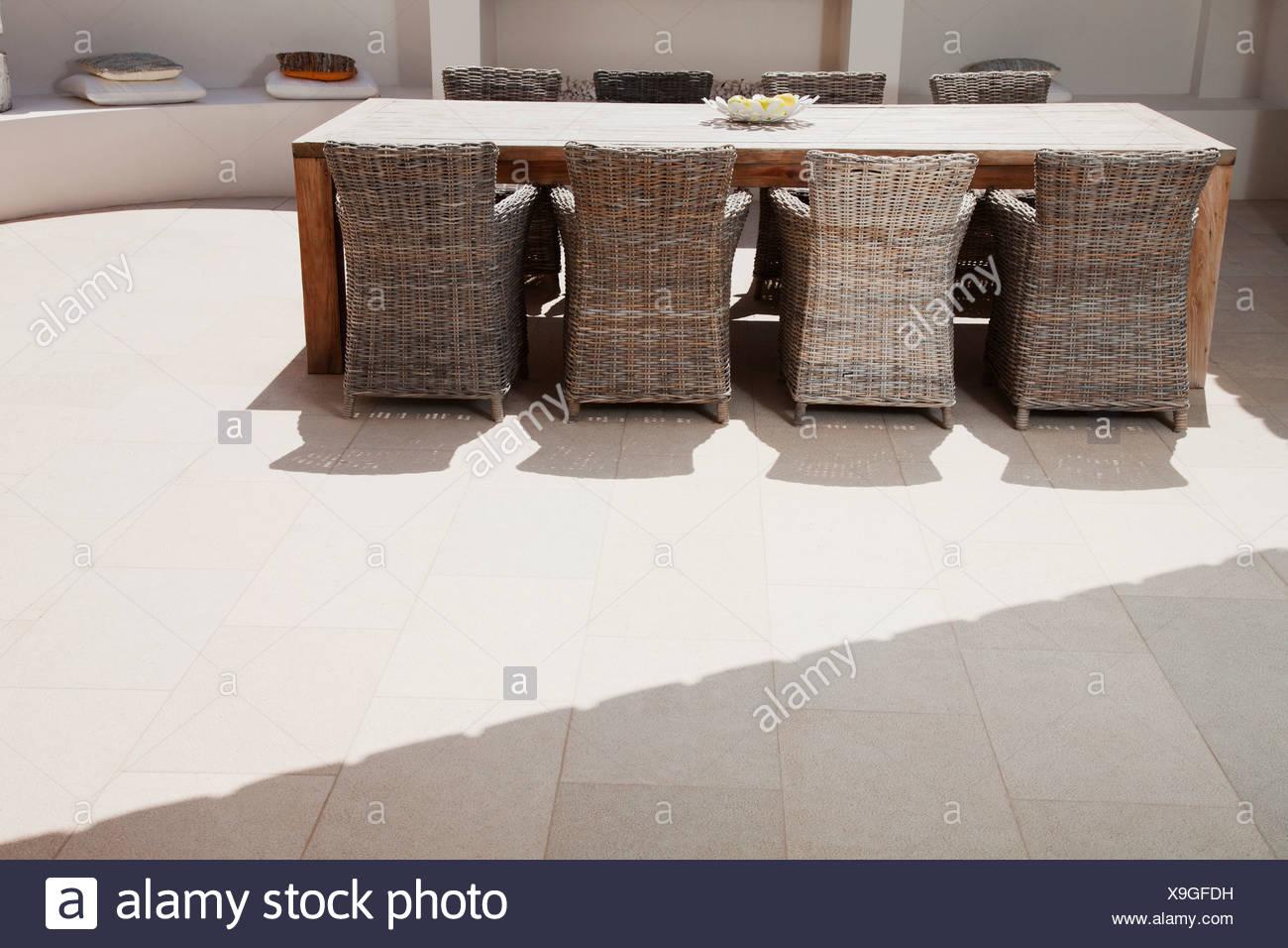 Tisch und Stühle auf der Terrasse Stockbild