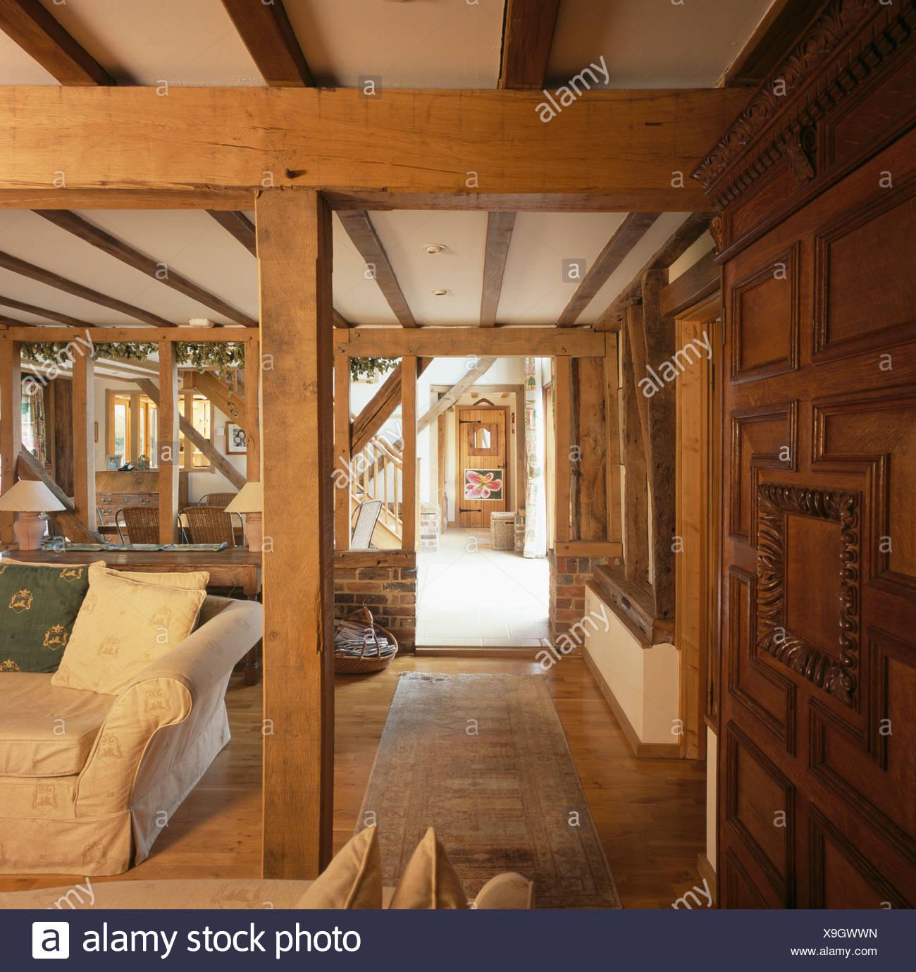 große hölzerne unterstützung und deckenbalken im wohnzimmer in