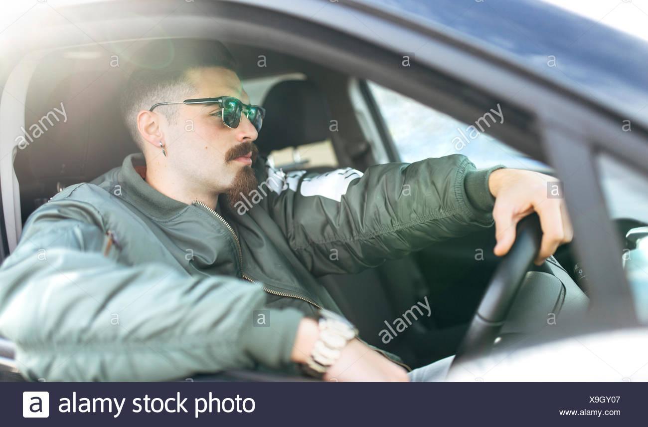 Junger Mann, ein Auto zu fahren Stockbild