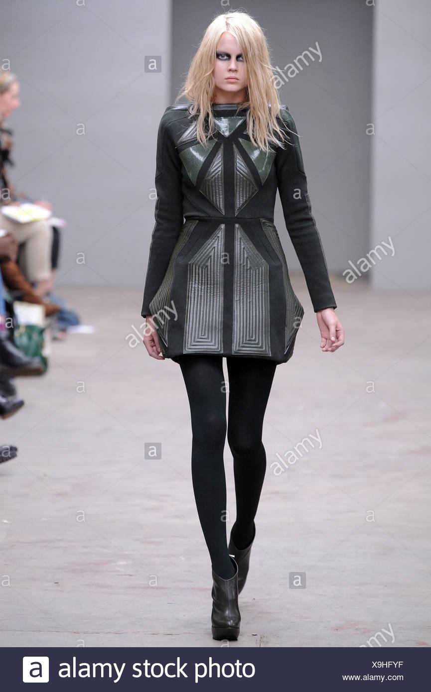 Texturierte kurzes graues Kleid mit geometrischem Muster, schwarzen  Strumpfhosen und Stiefeletten schwarz Plattform 6199dda4ab