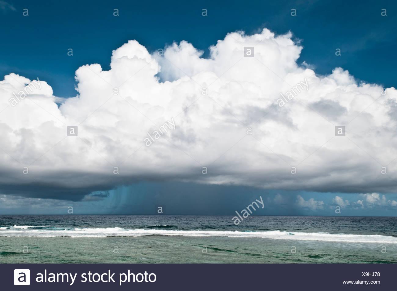 Wolken und Regen, Cook-Inseln. Stockbild