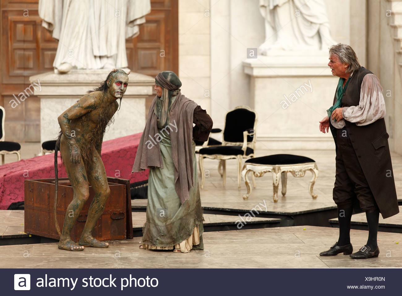 Jedermann, jedermann, 2009, von Peter Simonischek mit Elisabeth Rath gespielt, wie gute Werke und Peter Jordan als Teufel, spielen von H Stockbild