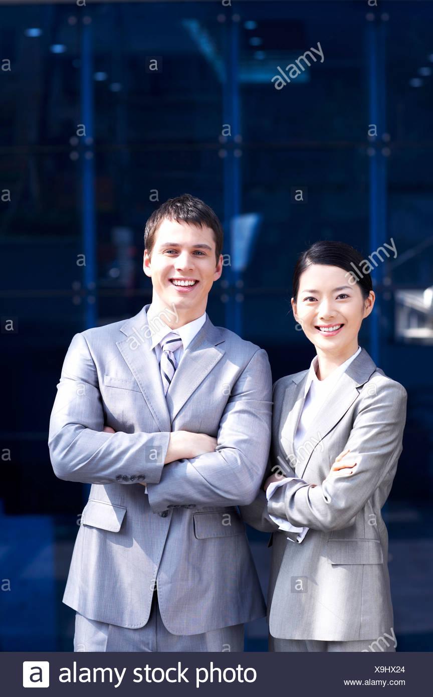 lächelnder Mann und Frau mit Gelenkarme Stockbild