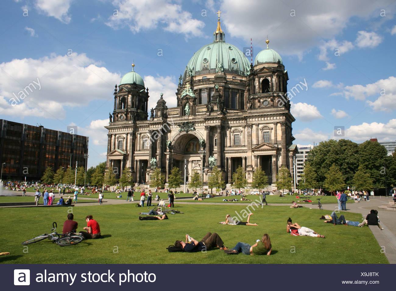 Berliner Dom zum Sonnenbaden Bereich Wiese Person Berlin Deutschland Europa Stockbild