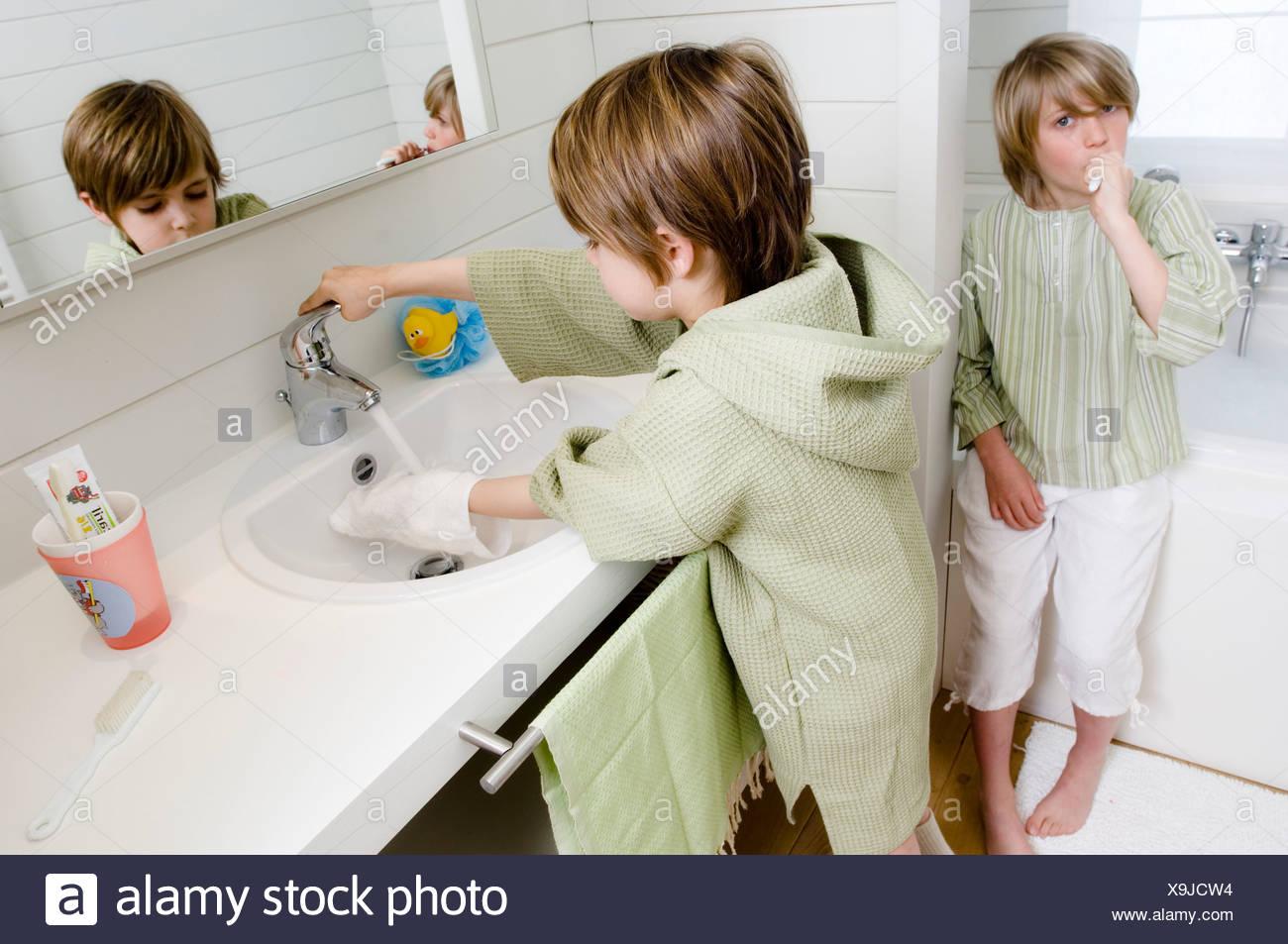 2 Kinder im Badezimmer Stockfoto, Bild: 281303040 - Alamy
