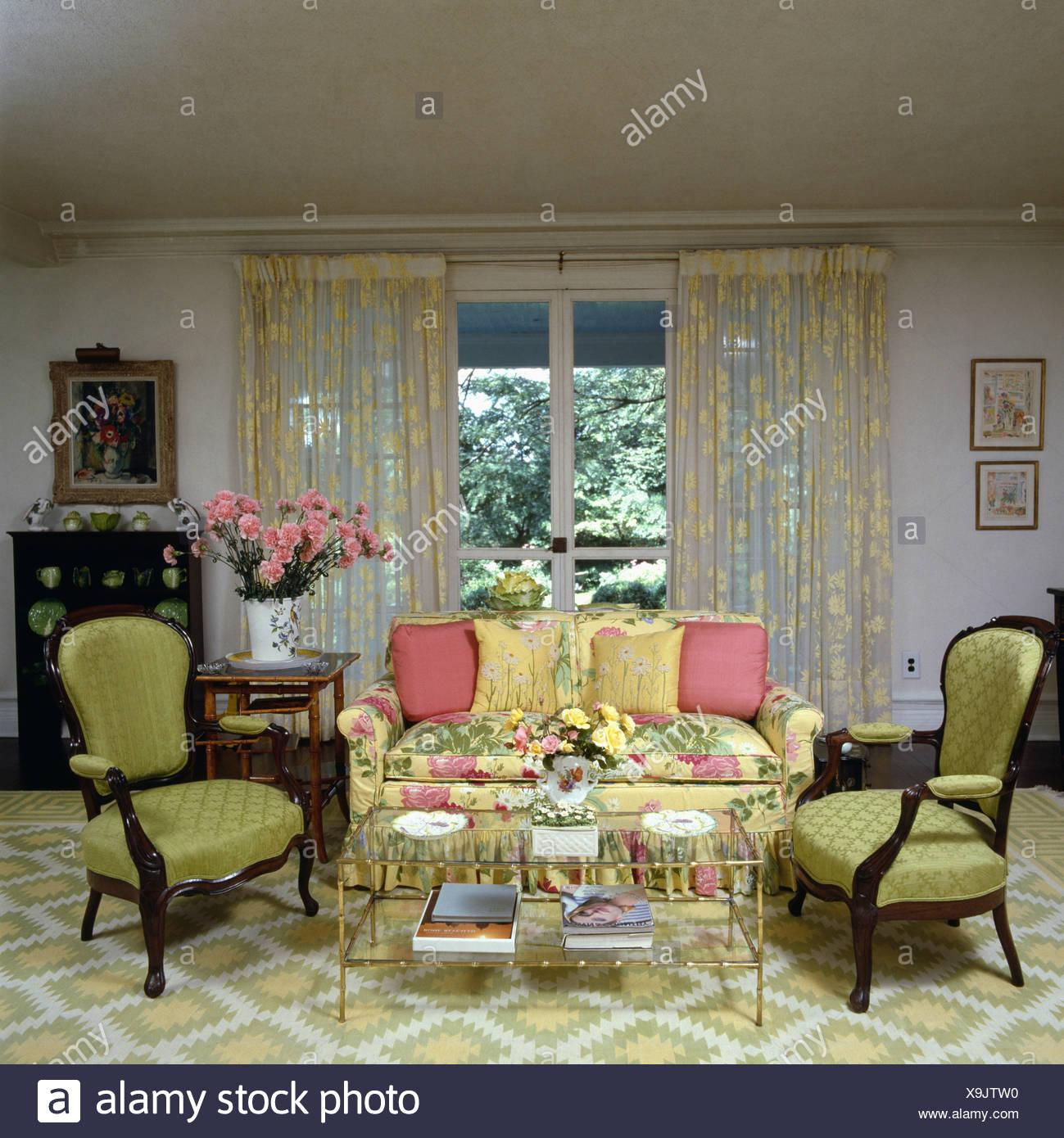 Grün gemusterten Teppich und Sesseln in achtziger Jahre ...