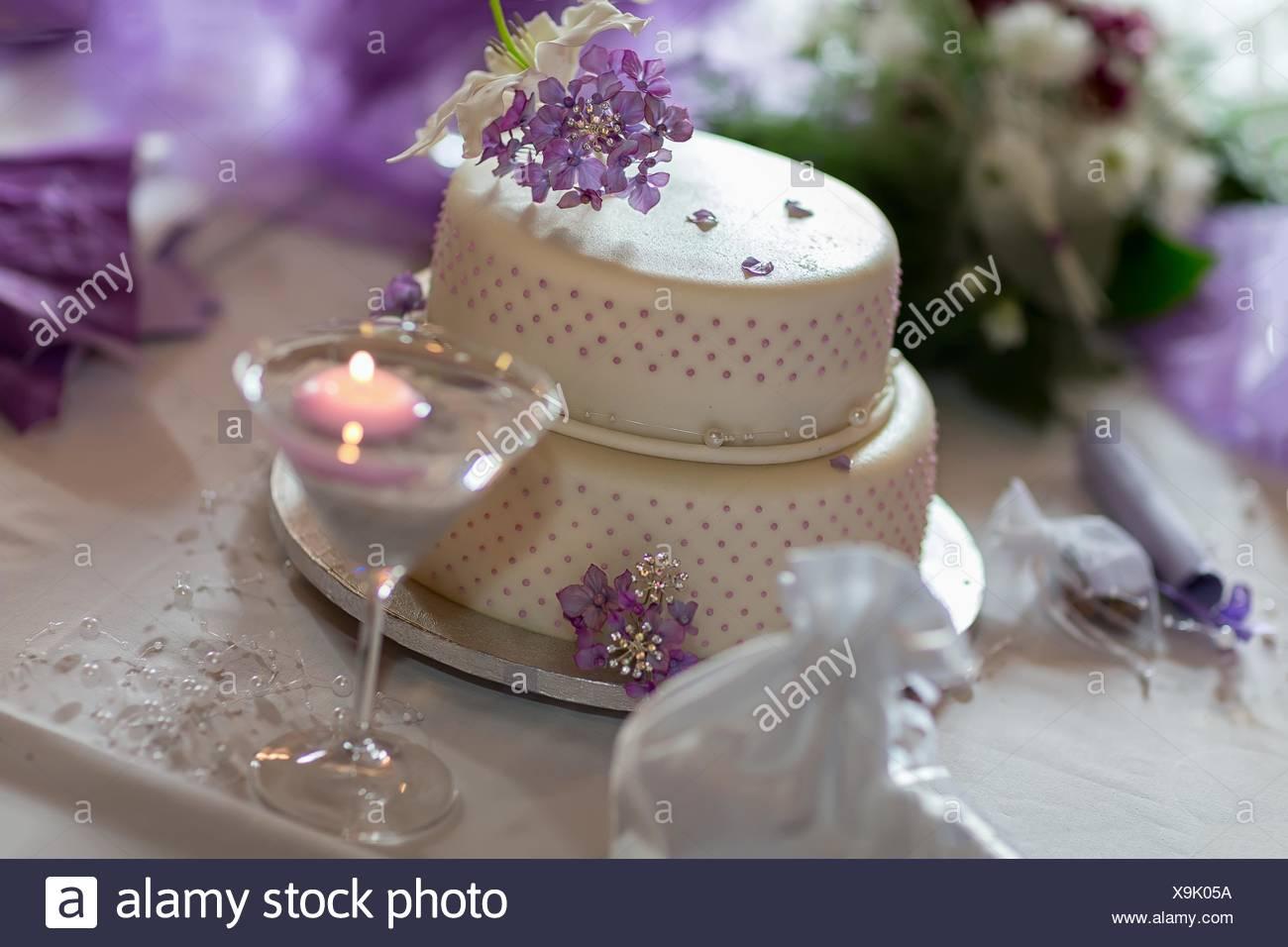 Traditionelle Hochzeitstorte Mit Lila Bluten Stockfoto Bild