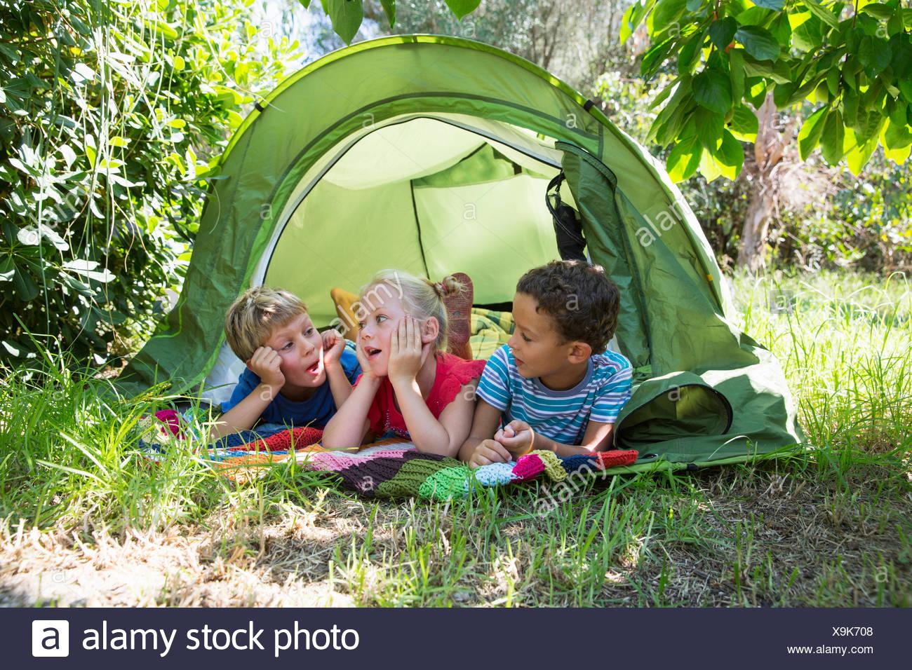 Drei Kinder Im Chat Bei Gartenzelt Stockfoto Bild 281320376 Alamy