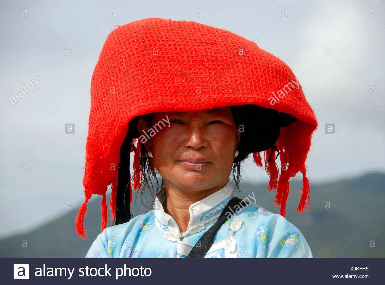 Porträt, Ethnologie, Frau von der Mosu Ethnie, leuchtend roter Schal als eine Kopfbedeckung, Luoshui, Lugu Hu See, Provinz Yunnan, Stockbild