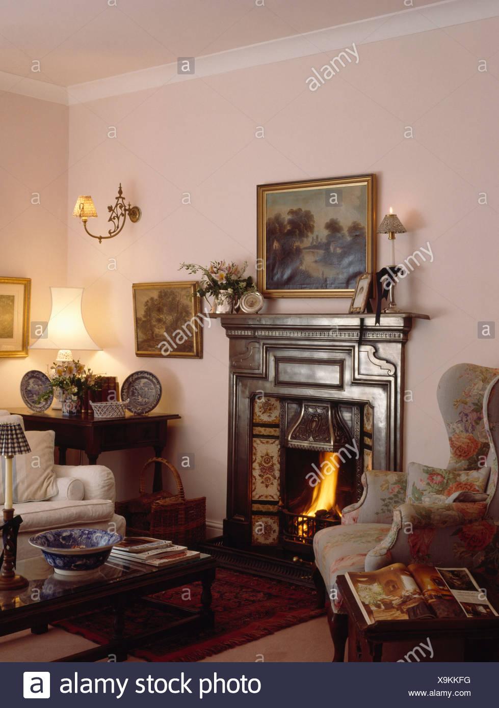 Ohrensessels Viktorianischen Gusseisen Kamin In Kleinen Pastell Rosa  Wohnzimmer Mit Beleuchteten Lampe Am Tisch In Der Ecke