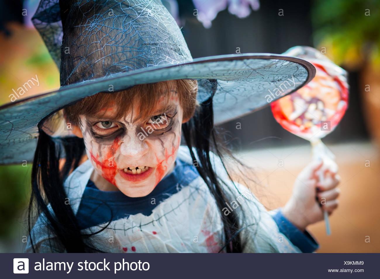 Porträt eines Jungen als Hexe für Halloween gekleidet Stockfoto