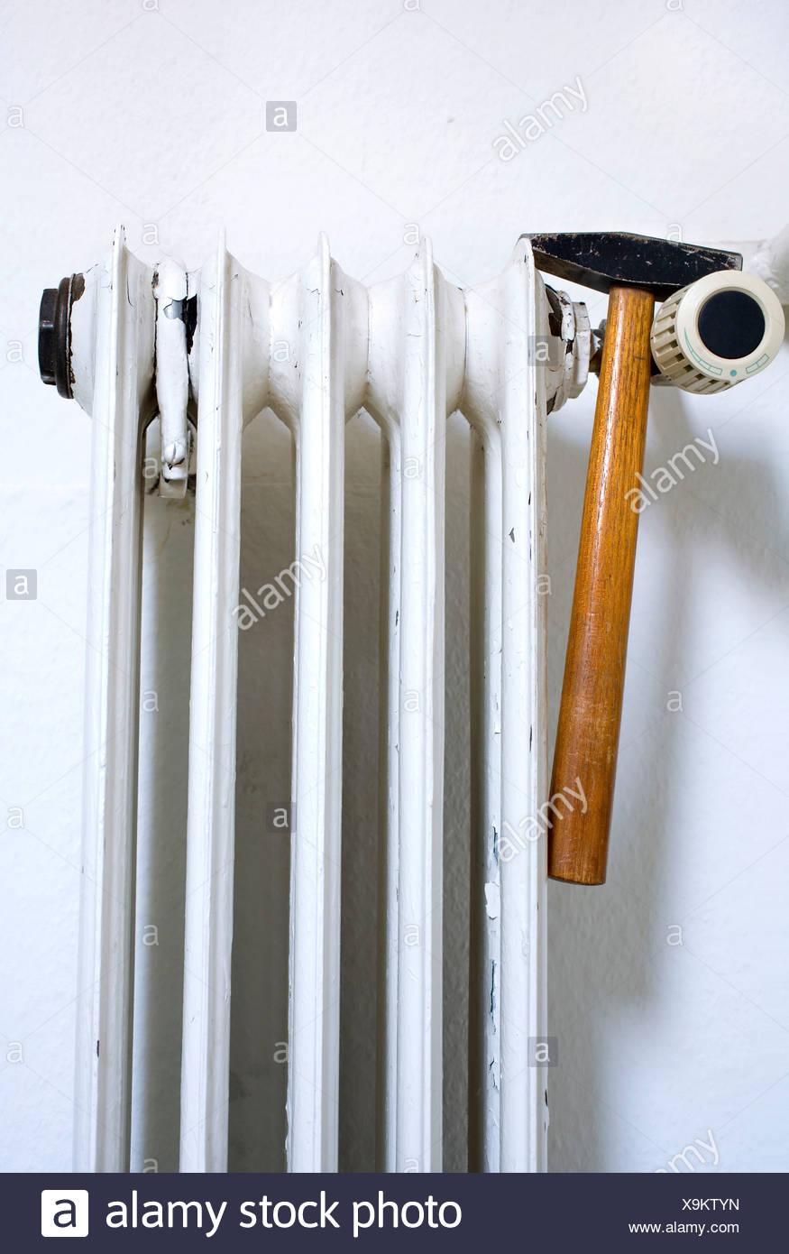 Alte Heizkörper alte heizkörper abblätternde farbe und einem hammer symbolisches