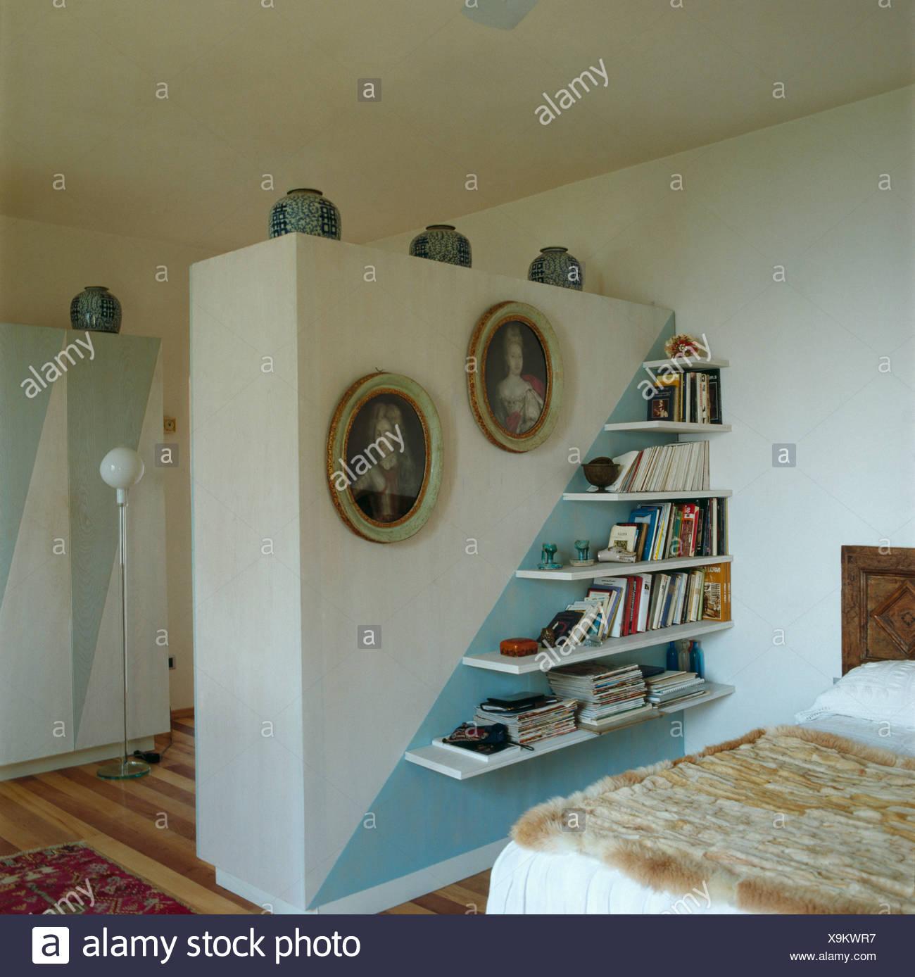Bilder und eckige Regale auf Trennwand in spärlich ...