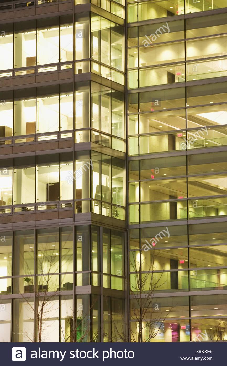 Kanada, Quebec, Montreal, Bürohochhaus, Glasfassade, Detail, Nacht Nordamerika, Kanada, Bürogebäude, Bürohaus, Stockwerke, Fassade, Glas, Glasfenster, Fenster, Licht, Beleuchtung, Konzept, Gleichheit, Konformität, Wiederholungsbereich, außen Stockbild