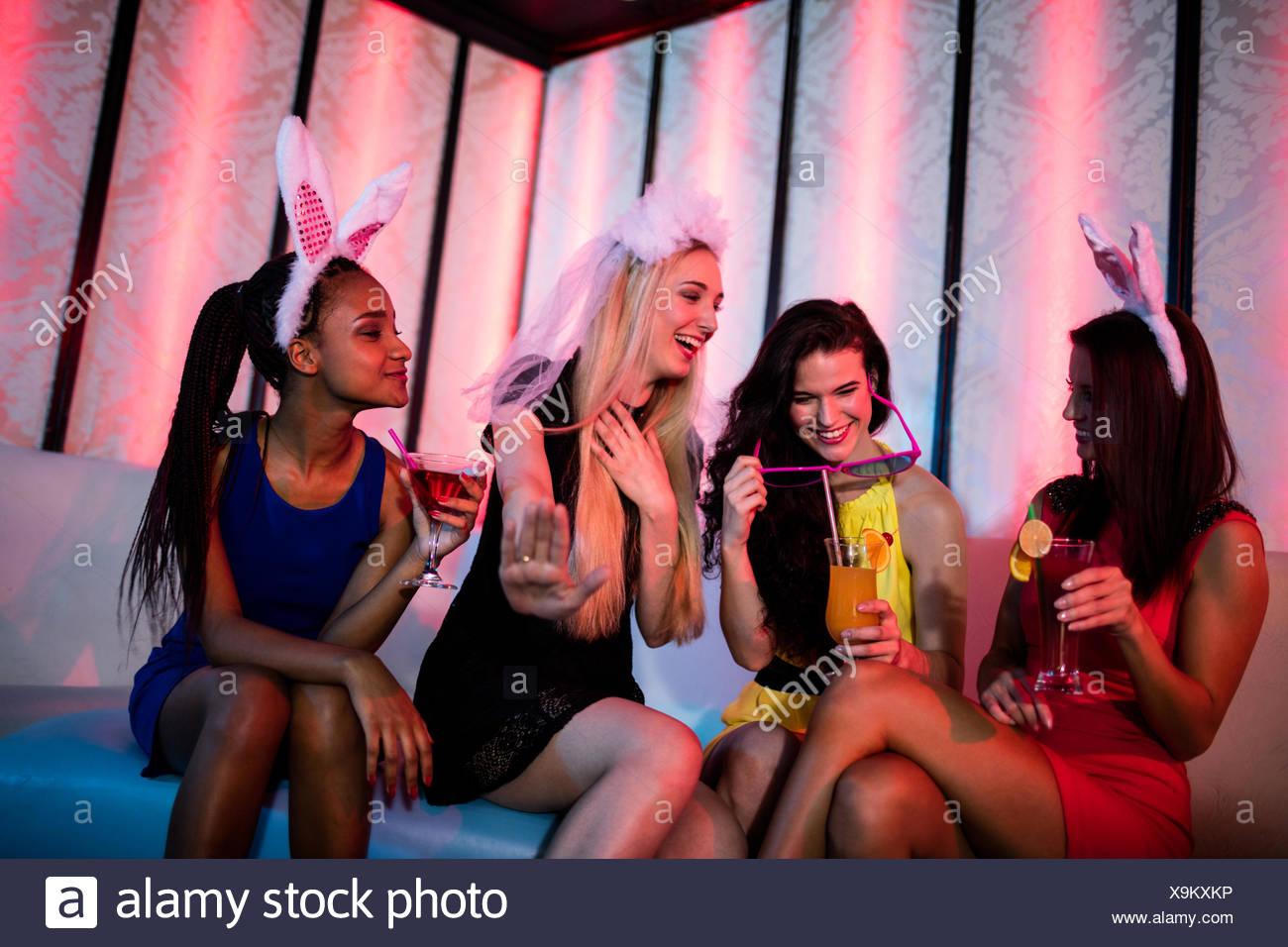 Lächelnd genießen während cocktail mit Freunden Stockbild