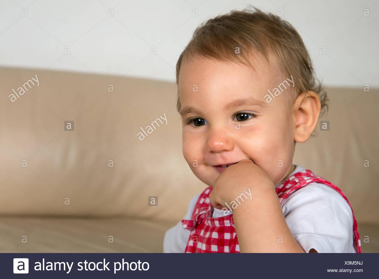 Lachendes Baby Hut Finger Im Mund Stockbild