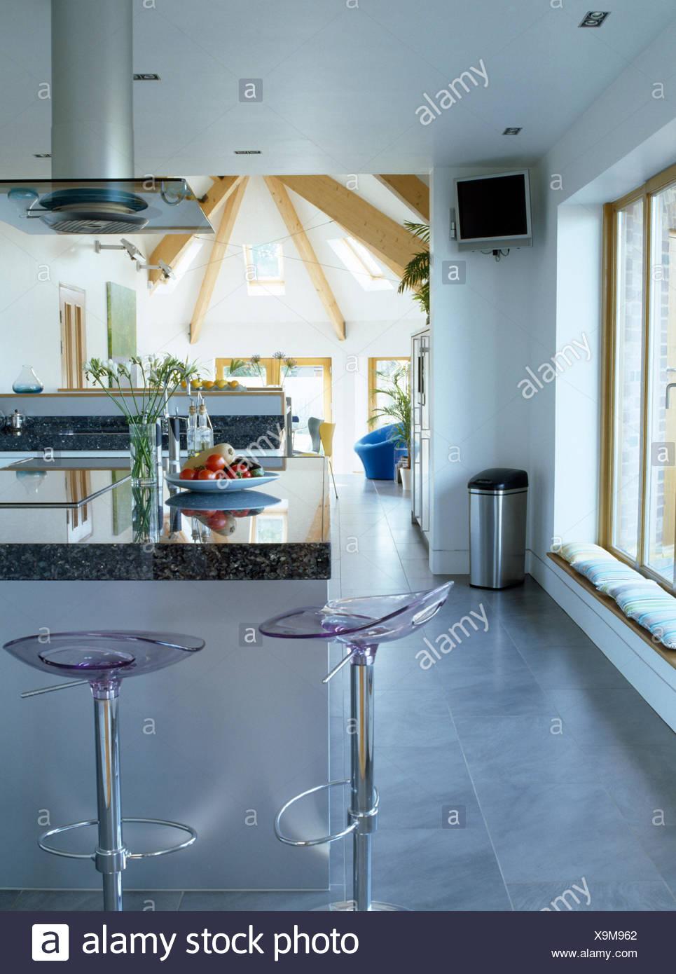 Plexiglas + Chrom Hocker an Frühstücksbar in moderne offene ...
