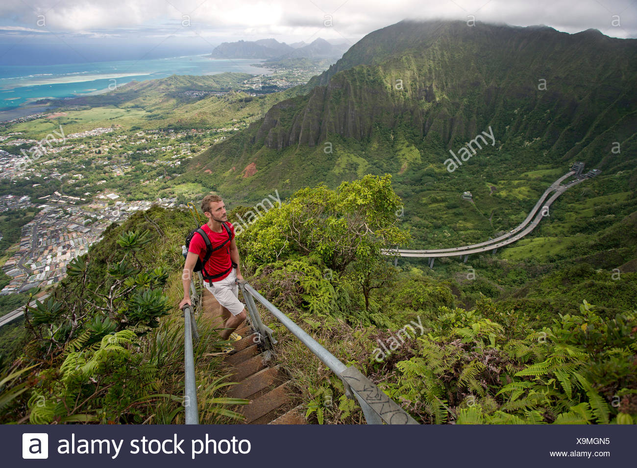 extreme wanderer chase norton etwa auf halben weg durch die haiku treppe in oahu stockfoto bild. Black Bedroom Furniture Sets. Home Design Ideas
