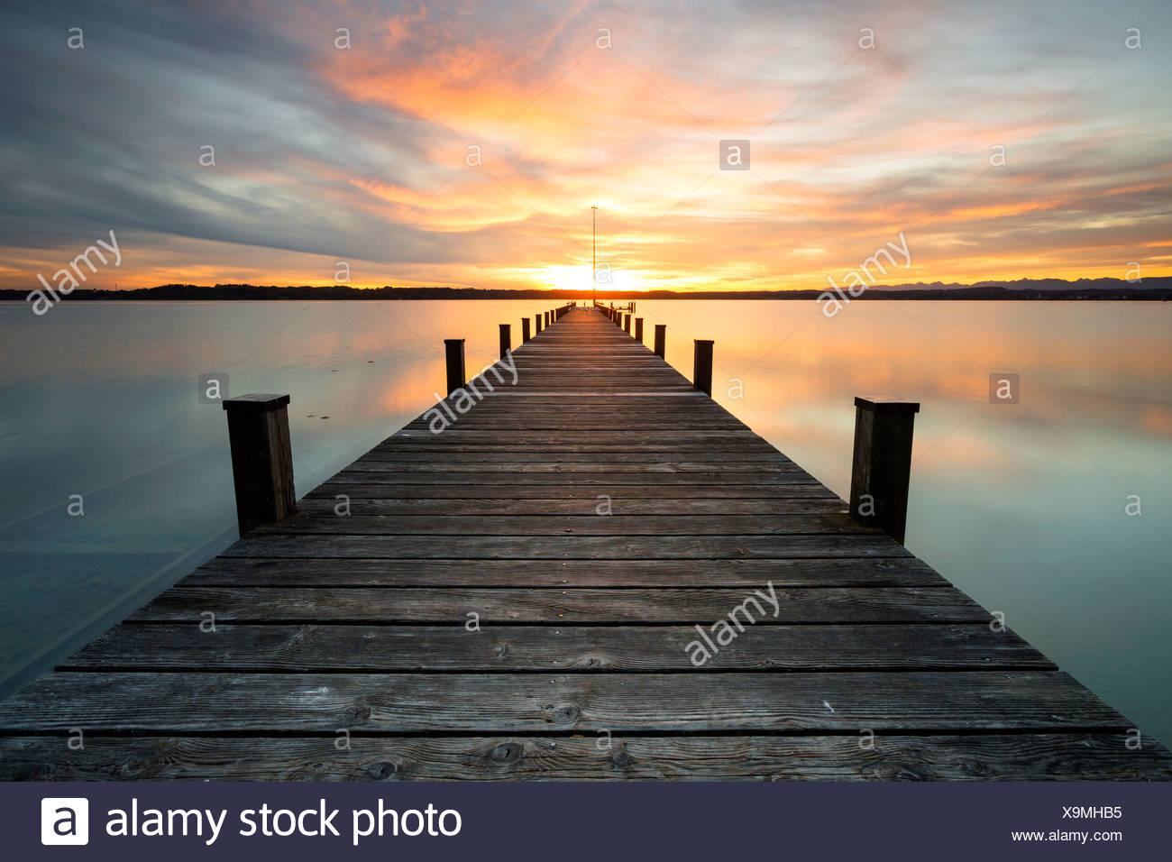 Steg, Sonnenuntergang am Starnberger See bei Ambach, Bayern ...