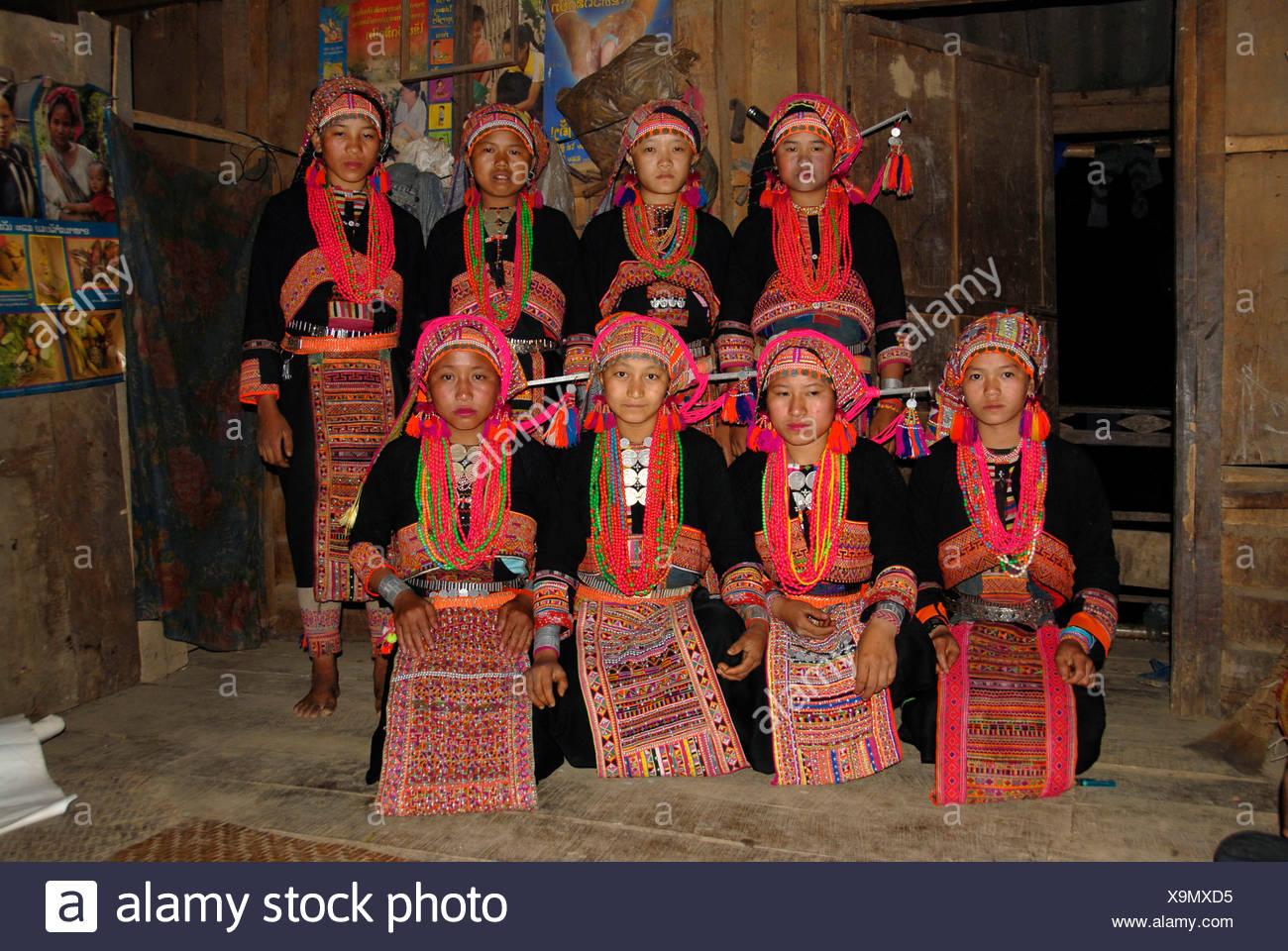 Gruppe erschossen, Ethnologie, junge Akha Pala Frauen in bunten Trachten, Ban Hongleuk, Muang Khoua Bezirk, Pho gekleidet Stockbild