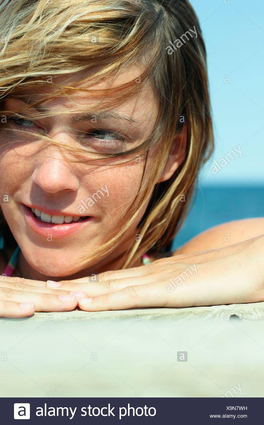 Italien, Sardinien, junge Frau am Strand, Porträt, Nahaufnahme Stockfoto