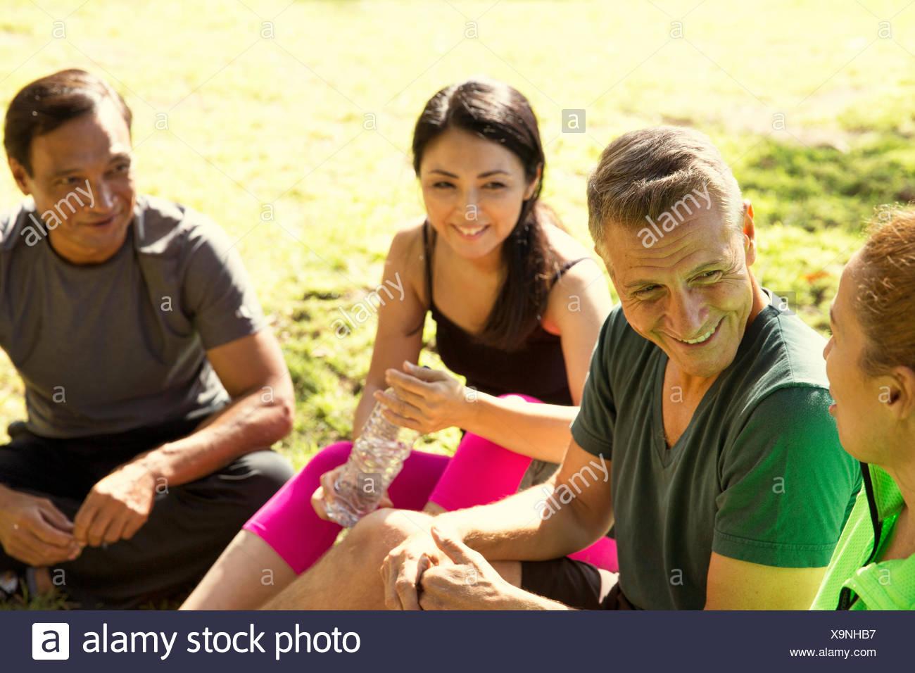 Vier Reifen männlichen und weiblichen Läufern eine Pause im park Stockbild