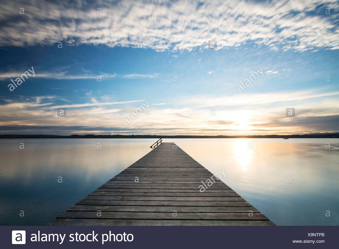 Steg, Abendstimmung am Starnberger See in der Nähe von Ambach ...