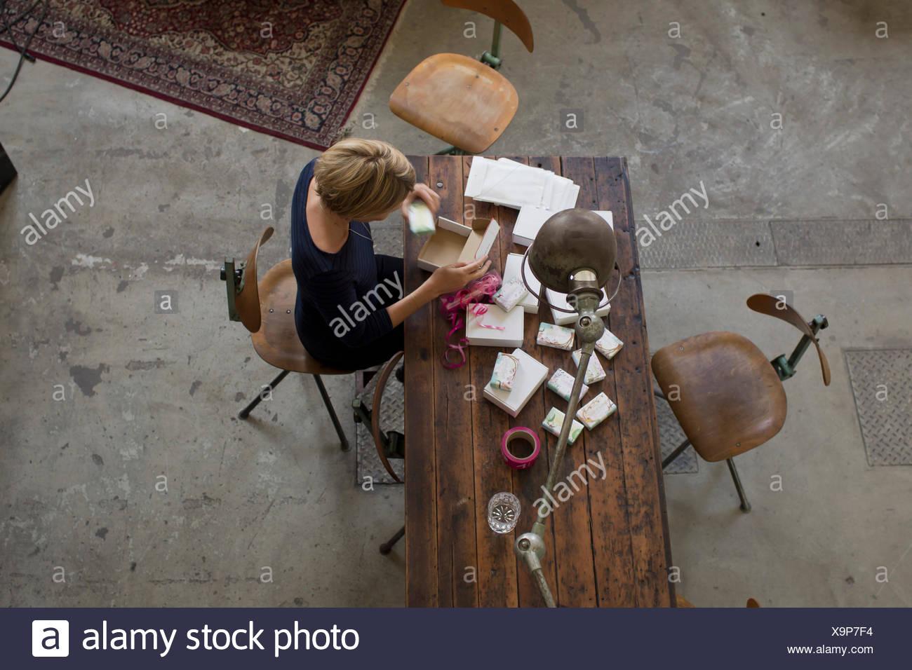 Mitte Erwachsene Frau arbeiten am Tisch, erhöhte Ansicht Stockbild