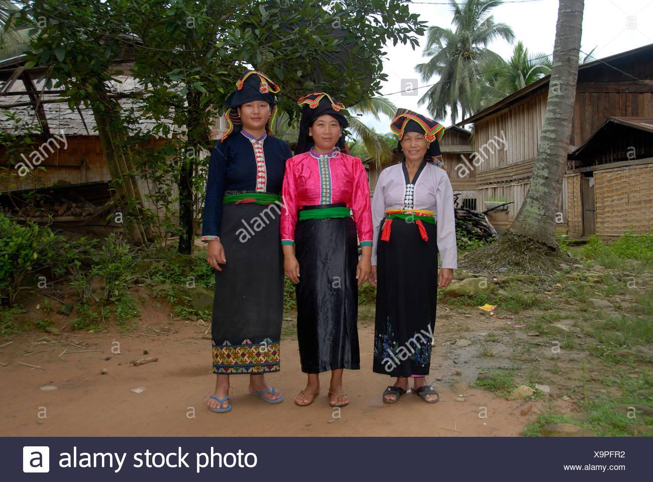 Drei Frauen des Stammes Tai Dam in Tracht, Ban Monesavanh, Provinz Phongsali, Laos, Südostasien Stockbild