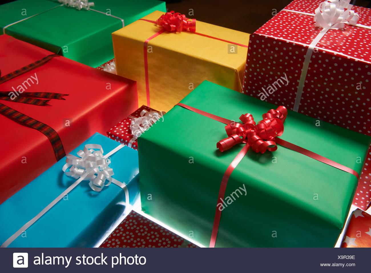 Gestapelte Weihnachtsgeschenke Stockbild