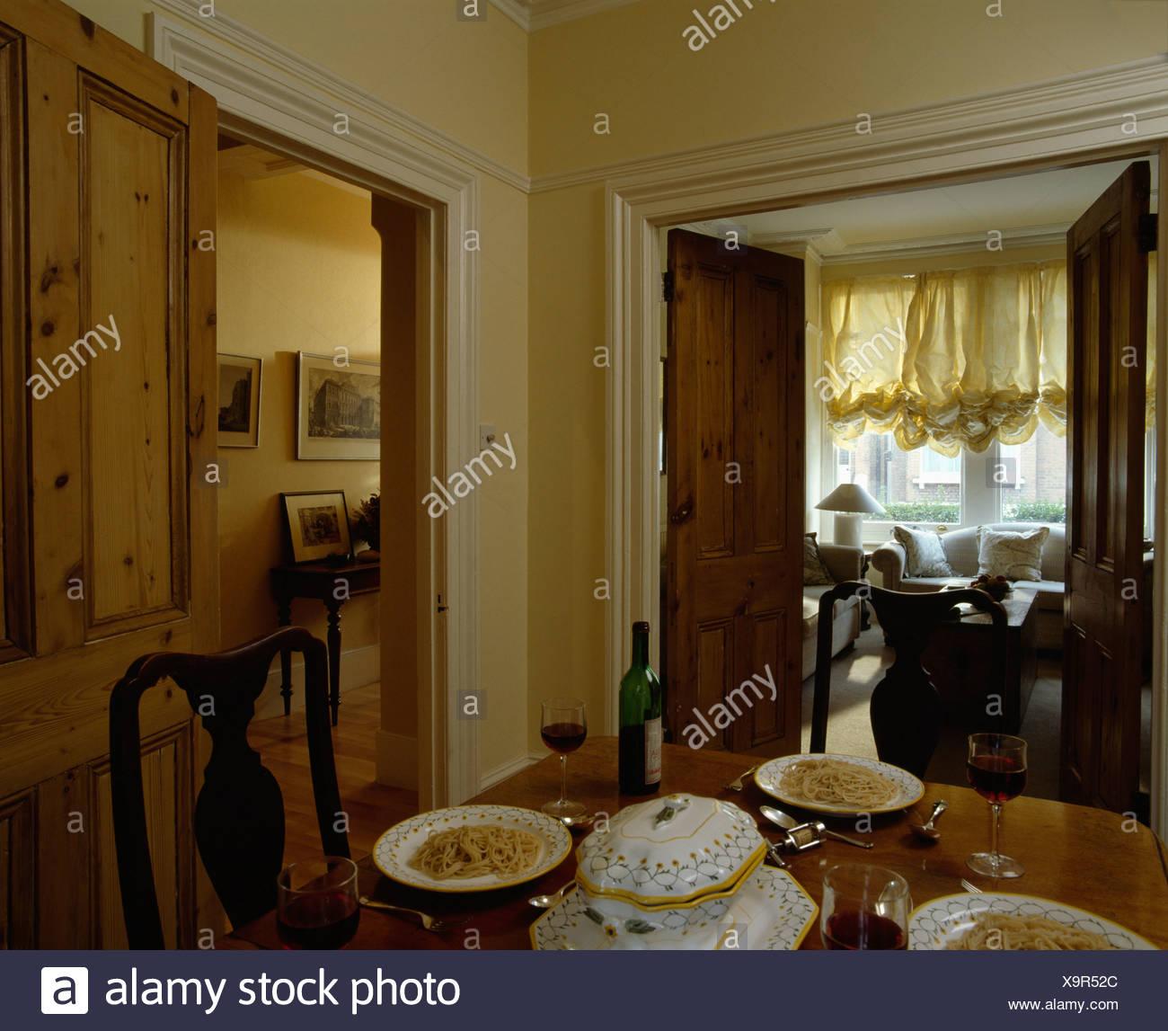 Einstellungen am Esstisch mit Blick durch offene Türen, Wohnzimmer ...