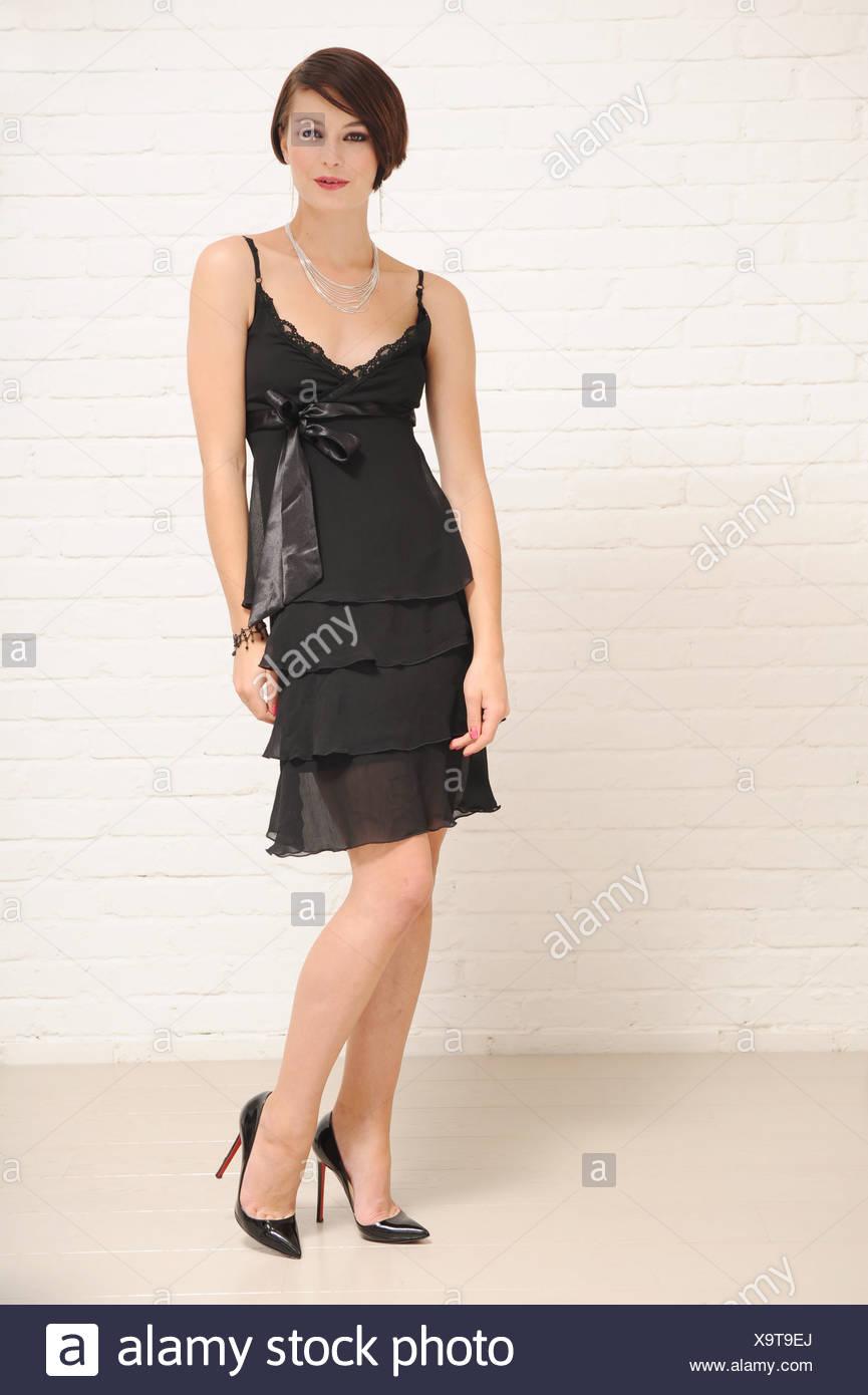 weibliche kurze brünette haare, trug ein schwarzes kleid