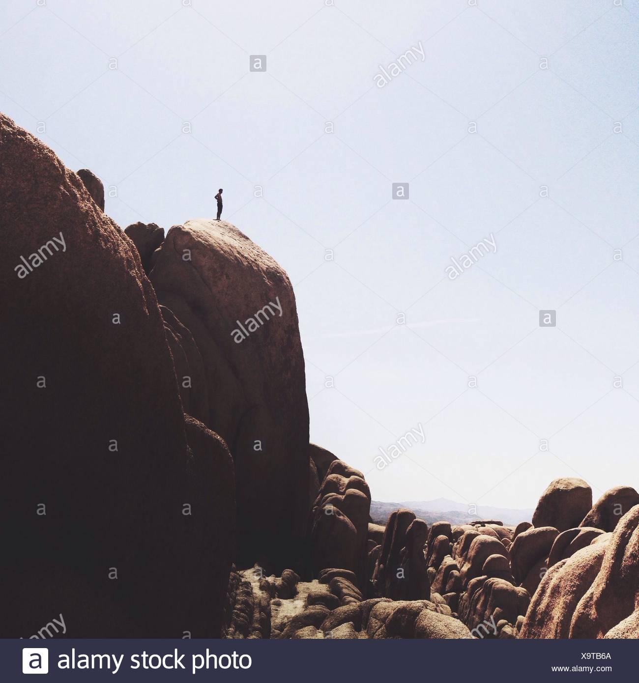 Mann am Rand der Klippe Stockbild