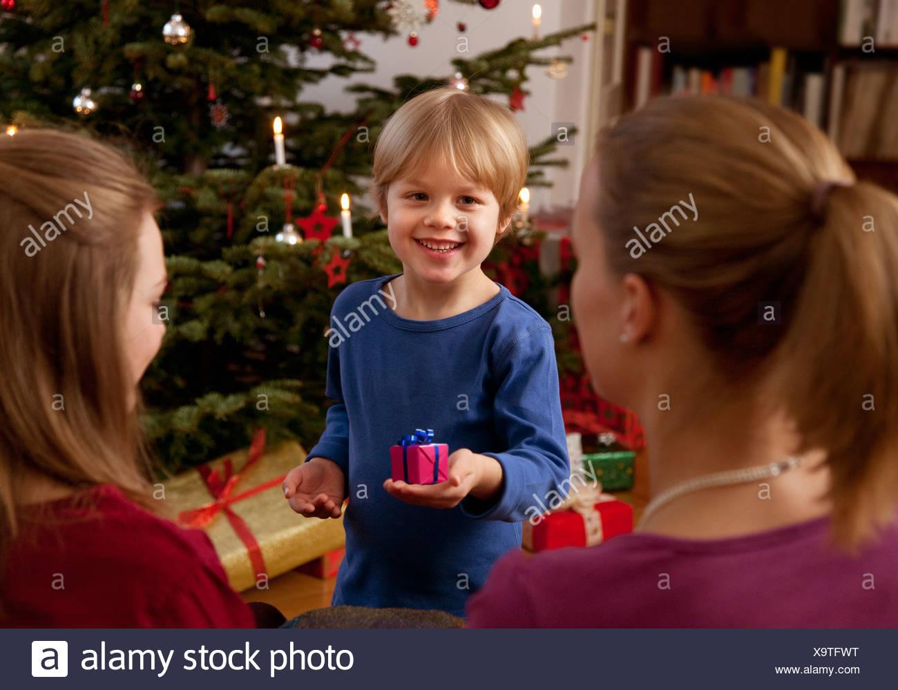 jungen zeigen kleine Weihnachtsgeschenk Stockfoto, Bild: 281437124 ...