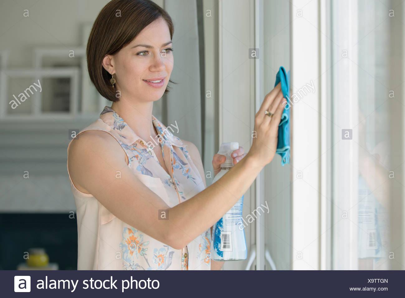 Mid-Adult Woman Wäsche weiß Wände im Haus. Stockbild