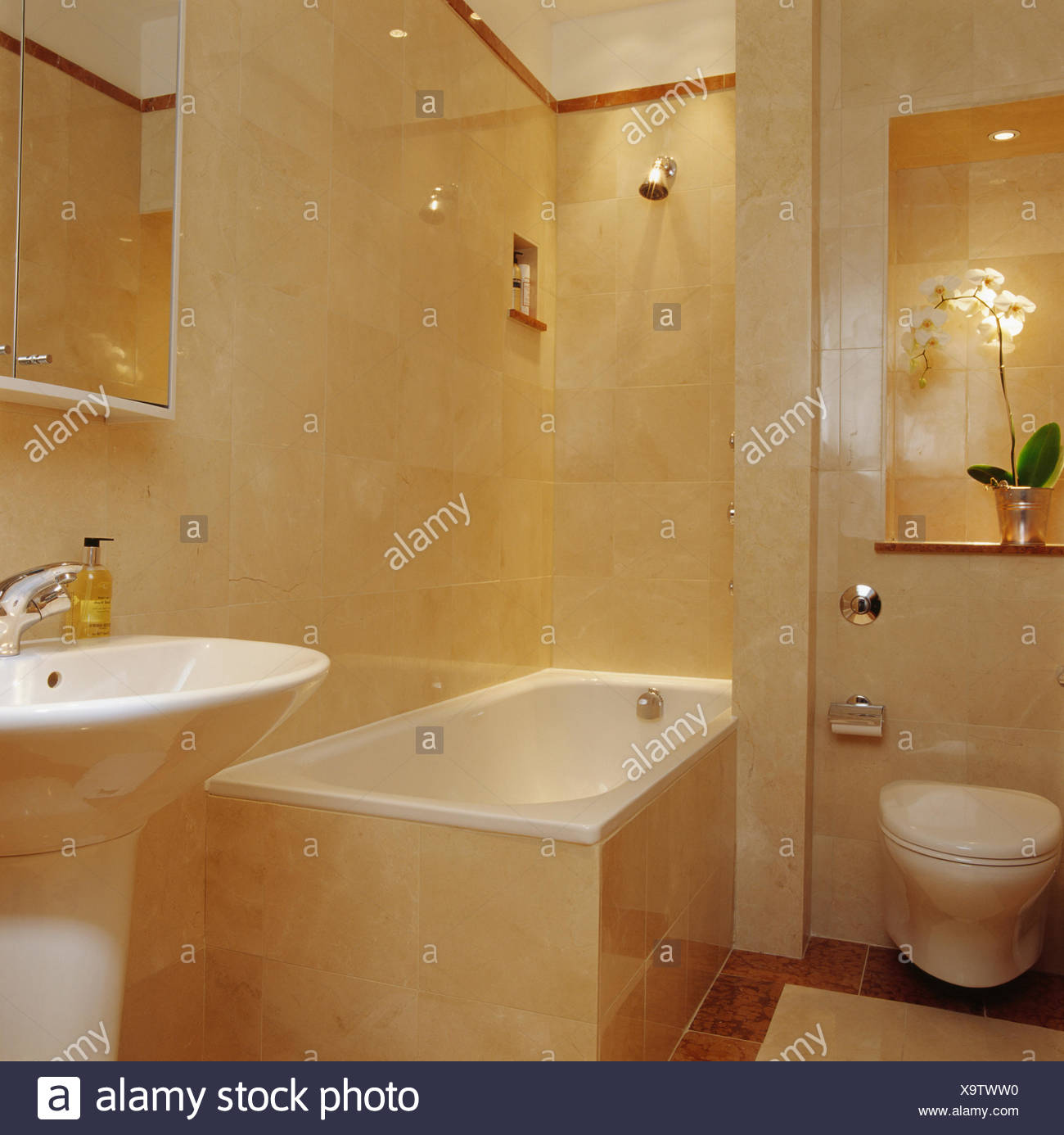dusche ber badewanne im modernen travertin fliesen bad stockfoto bild 281444940 alamy. Black Bedroom Furniture Sets. Home Design Ideas