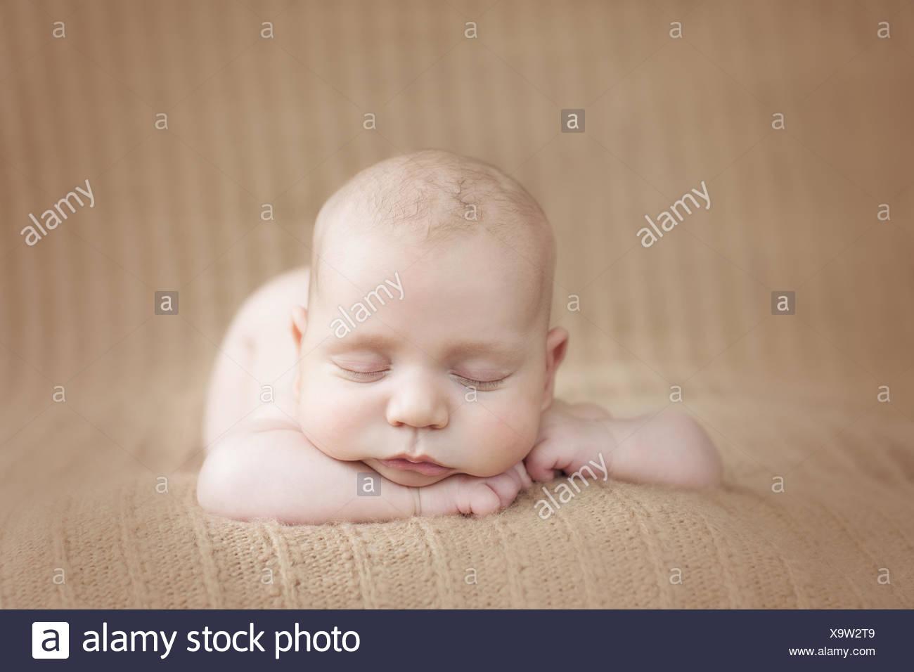 Vorderansicht eines Baby-jungen auf einer weichen Decke schlafen Stockbild