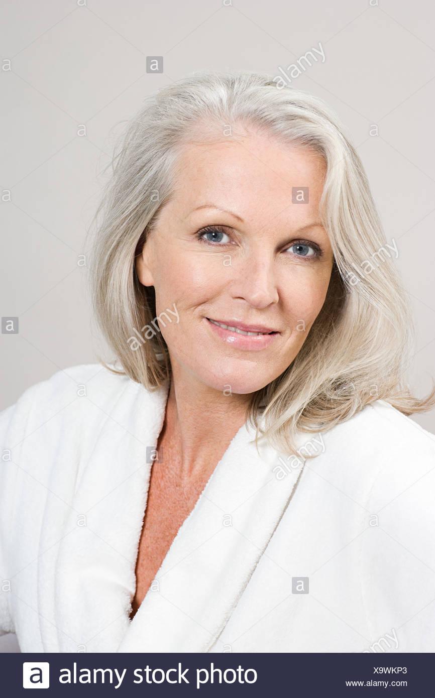 Porträt der mittlere gealterte Frau trägt Bademantel Stockfoto