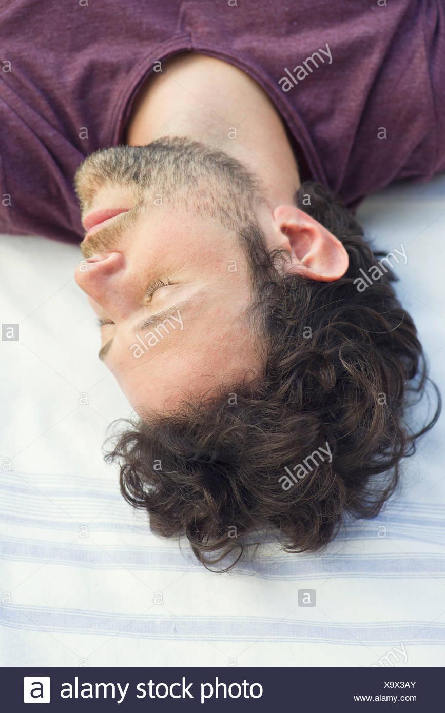 Mann ein Nickerchen im freien Stockbild