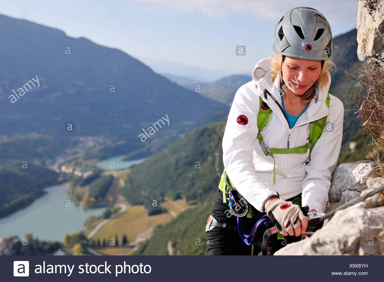 Kletterausrüstung Klettersteig : Junge frau klettern klettersteig rino pisetta lago toblino sarche