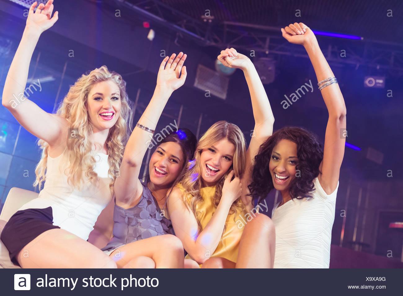 Hübsche Mädchen mit Arme nach oben Stockbild