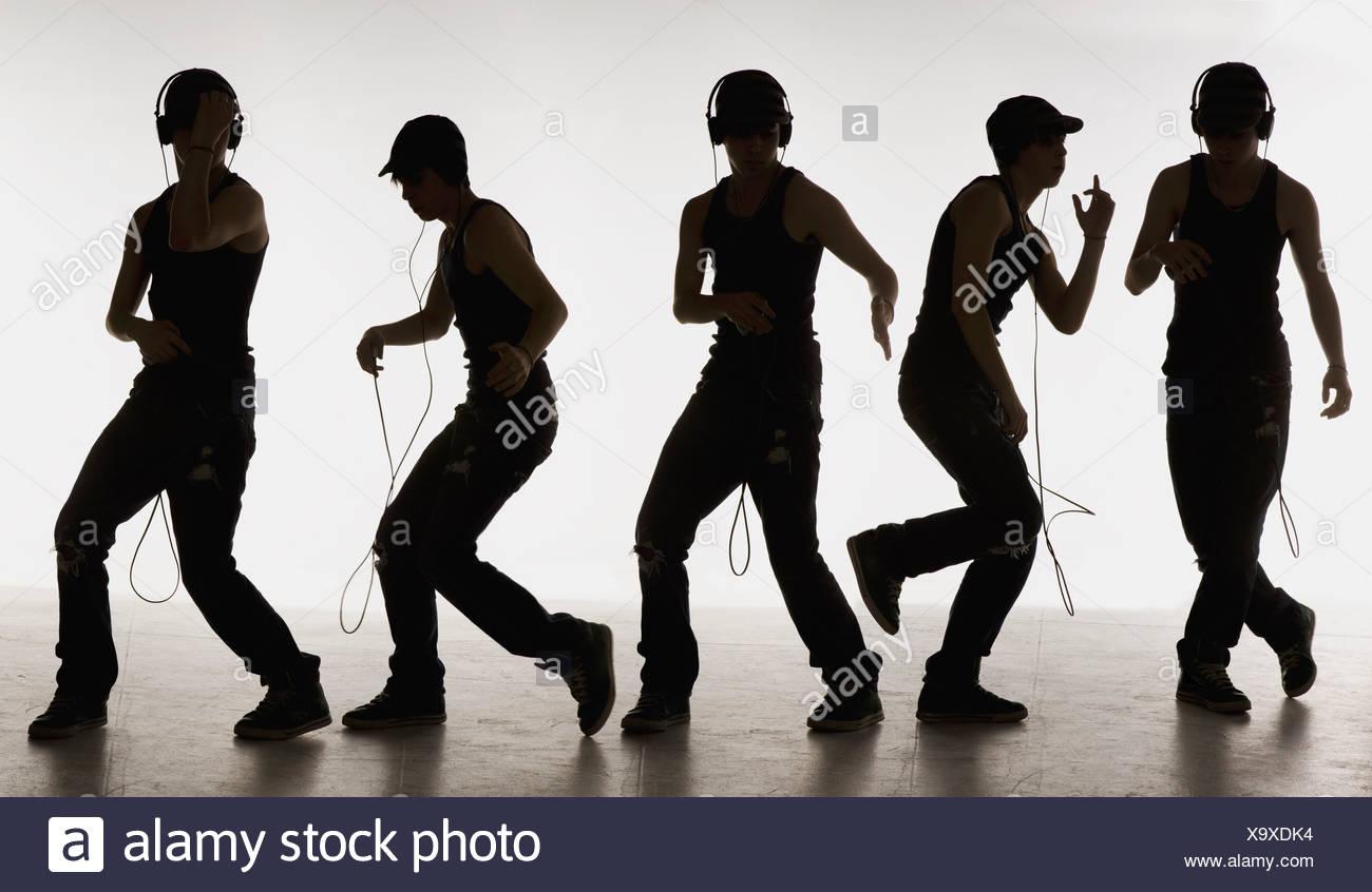 zusammengesetztes Bild eines jungen tanzen mit Kopfhörer Stockbild