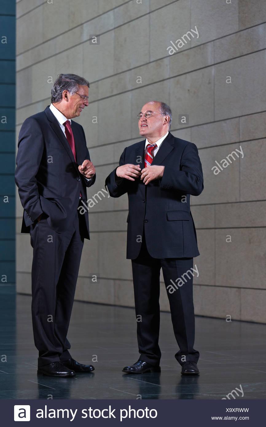 Gregor Gysi, Vorsitzender der Partei Der Linken im Bundestag, verließ, und Wolfgang Bosbach, CDU, Vorsitzender des Innenraums Stockbild